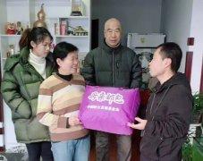 河北唐山:爱心志愿者为贫困大爱母亲送礼包